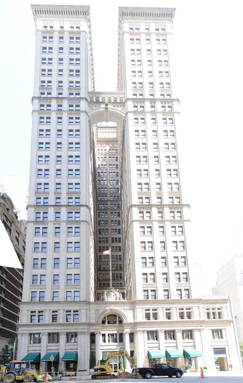 https://upload.wikimedia.org/wikipedia/commons/a/a7/Magnolia_Building_pano_01.jpg