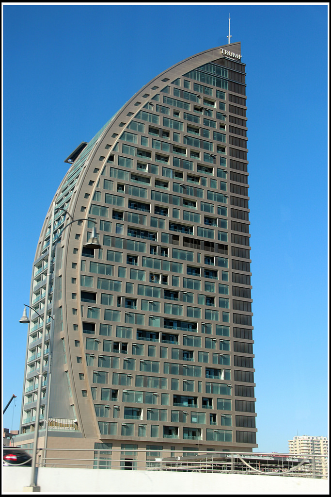 https://upload.wikimedia.org/wikipedia/en/f/f1/Azersu_Tower_in_2016.jpg