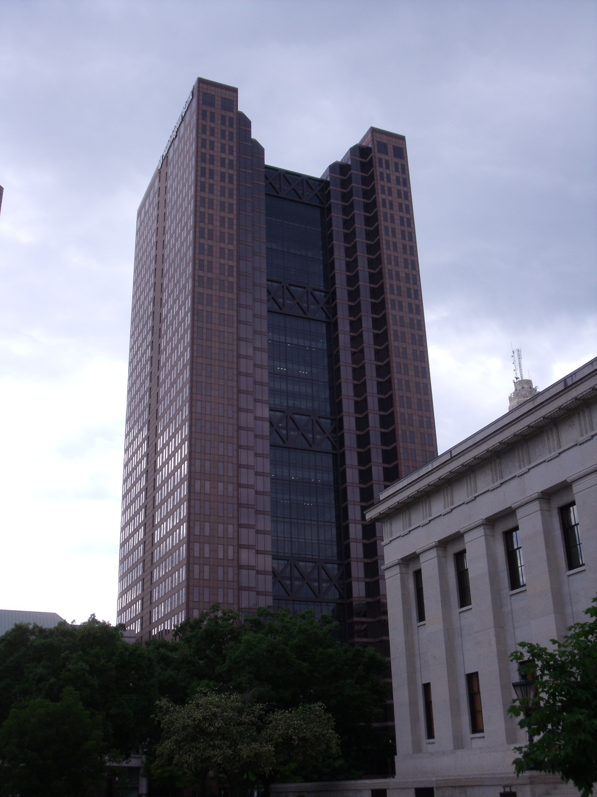 http://upload.wikimedia.org/wikipedia/commons/d/dd/Huntington_Bank_Building_Columbus_Ohio.JPG