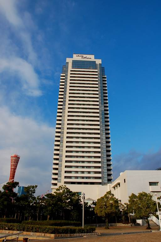 https://upload.wikimedia.org/wikipedia/commons/6/60/Yokohama_Bay_Sheraton_Hotel_%26_Towers_001.JPG
