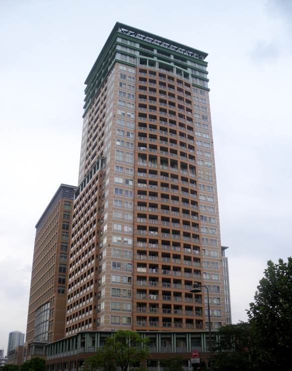 http://upload.wikimedia.org/wikipedia/commons/3/36/The_park_tower_tokyo_south_osaki_2009.JPG