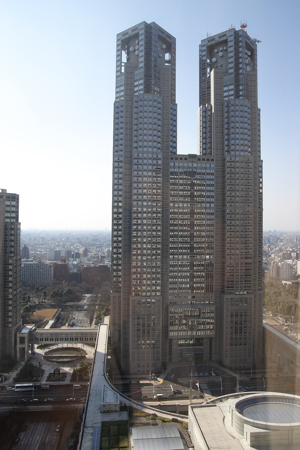 http://upload.wikimedia.org/wikipedia/commons/7/78/Shinjuku_Park_Tower_7_Desember_2003_cropped.jpg